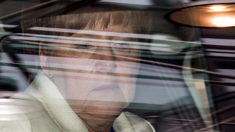 "German Chancellor Angela Merkel arrives in her car at a euro zone leaders summit in Brussels, Belgium, July 12, 2015. Euro zone leaders will fight to the finish to keep near-bankrupt Greece in the euro zone on Sunday after the European Union's chairman cancelled a planned summit of all 28 EU leaders that would have been needed in case of a ""Grexit"". REUTERS/Philippe Wojazer TPX IMAGES OF THE DAY - RTX1K2Z7"