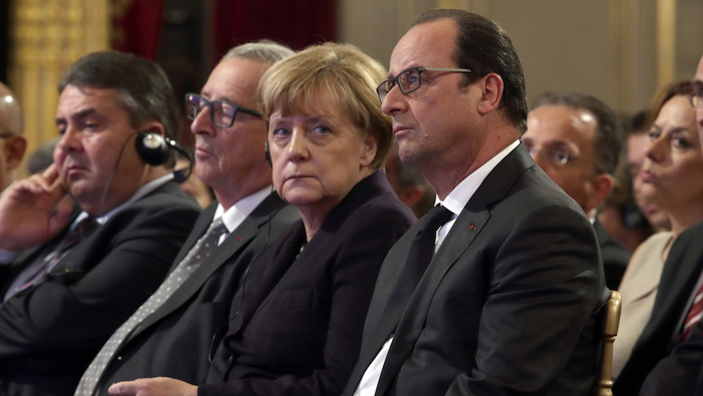 German Economy Minister Sigmar Gabriel (L), European Commission President Jean-Claude Juncker (2ndL), German Chancellor Angela Merkel (2ndR) and French President Francois Hollande attend a Franco-German digital summit at the Elysee Palace in Paris, France, October 27, 2015. REUTERS/Philippe Wojazer - RTX1TI33