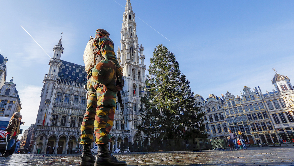 A Belgian soldier patrols in Brussels' Grand Place as police searched the area during a continued high level of security following the recent deadly Paris attacks, Belgium, November 23, 2015. REUTERS/Yves Herman TPX IMAGES OF THE DAY - RTX1VFFQ
