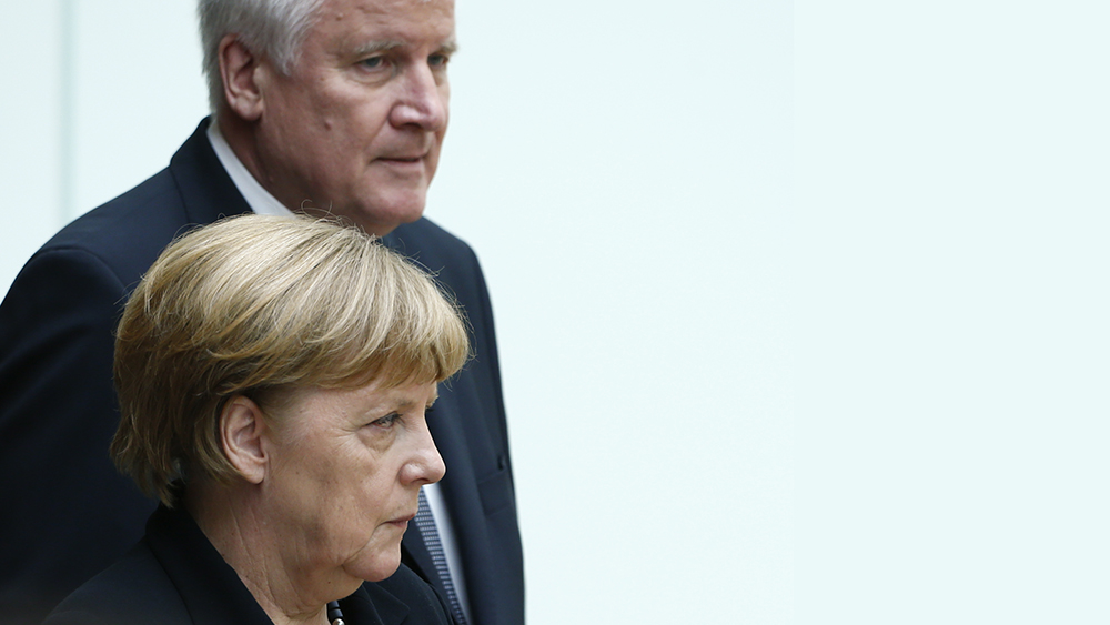 German Chancellor Angela Merkel and Bavarian State Premier Horst Seehofer arrive for a remembrance hour in Bavarian parliament in Munich, Germany, July 31, 2016.     REUTERS/Michaela Rehle - RTSKGJ5